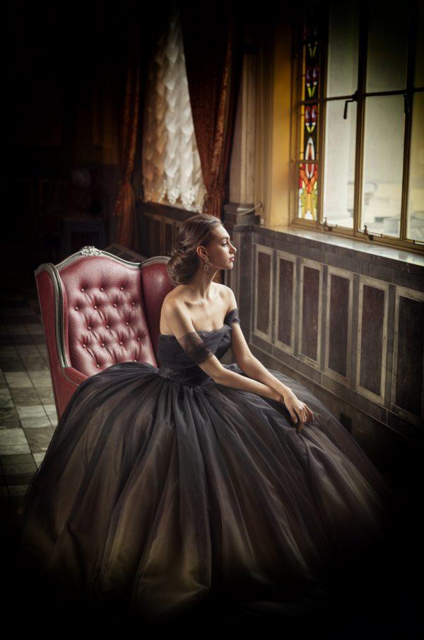 優美で気品があり、あえて控えめな色展開。奥ゆかしいしなやかな女性をイメージしたドレス
