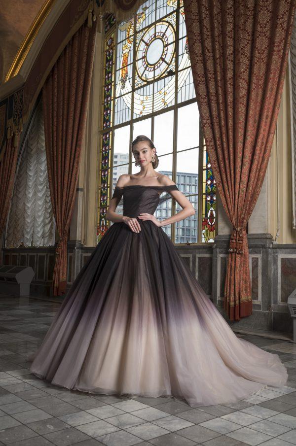 優美で気品があり、あえて控えめな色使い、奥ゆかしいしなやかなドレス