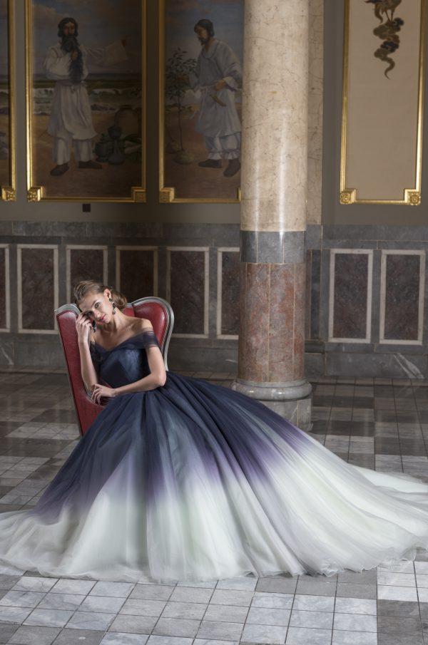 優美で気品があり。あえて抑えた色使い、奥ゆかしくしなやかな情勢のドレス