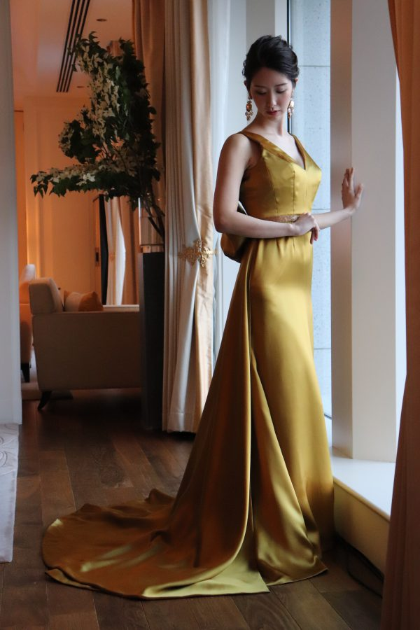 イタリアのタロー二社のシルクサテンクレープ素材をダブルフェイスで施し。ハリウッドの女優のように。シルエットな新婦の日ごろのボディラインをスレンダーにまとい、美を究極に極め、知的で優美なウエディングドレスで。